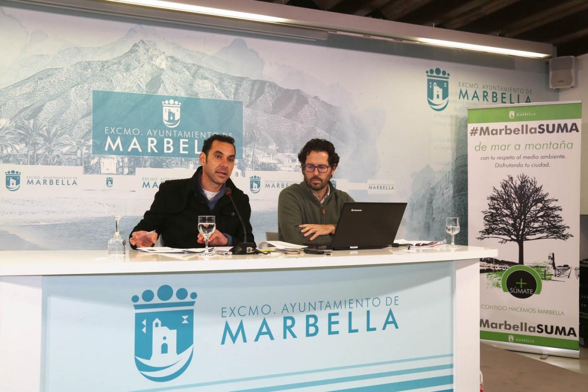 El concejal del Ayuntamiento de Marbella, Miguel Díaz, acompañado del responsable del Plan Estratégico, Javier Lima.